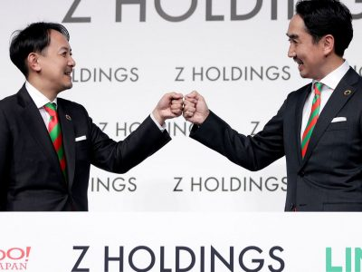 Yahoo and Z Holdings CEOs shaking hands.